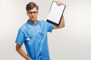 medico che mostra appunti sopra fondo bianco foto