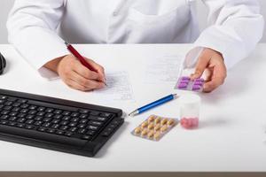 farmacista che controlla prescrizione foto