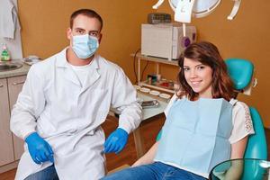 ragazza all'esame dal dentista foto
