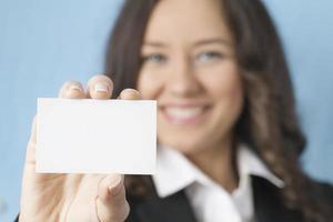 donna di affari che dà biglietto da visita in bianco foto