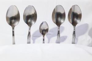 cucchiai e forchette su uno sfondo bianco foto