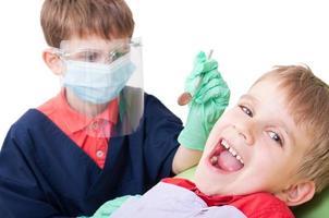 bambini che giocano come dottore e paziente foto