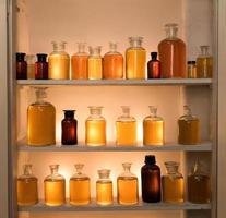 armadietto delle bottiglie della medicina foto