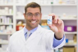 farmacista mostrando medicina jar foto