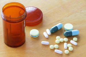 medicina sul tavolo di legno foto