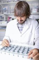 farmacista e portapillole foto