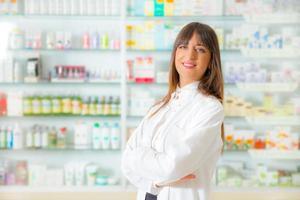 farmacista in piedi nella sua farmacia