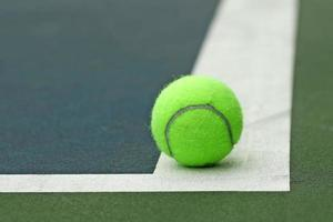 palla da tennis in campo foto