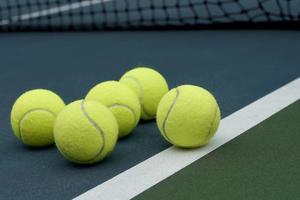 palla da tennis su sfondo di campo foto