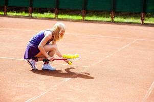 donna che gioca a tennis e si prepara per la competizione sportiva. foto