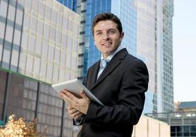 uomo d'affari ritratto aziendale con tavoletta digitale all'aperto lavorando foto