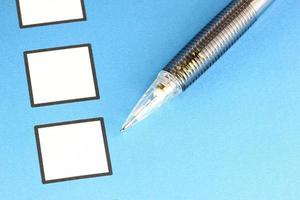 punto di matita meccanica a casella bianca su sfondo blu. foto