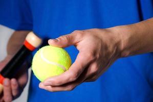 ritaglio sportivo con palla da tennis foto