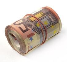 banconota in euro piegata in un rotolo foto