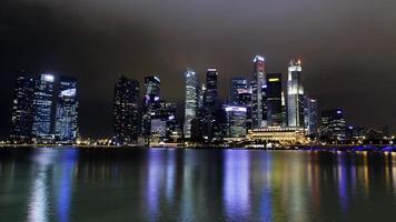 paesaggio urbano di notte di Singapore foto