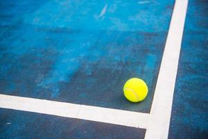 palla da tennis su un campo da tennis foto