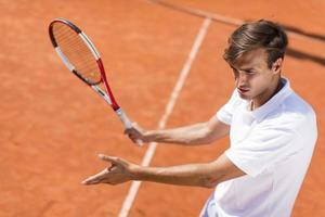 giovane che gioca a tennis foto