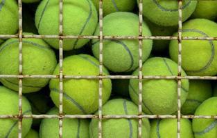 vecchia palla da tennis foto
