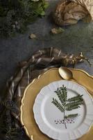 impostazione di luogo oro vacanze, tovagliolo marrone plaid, su backgr grunge foto
