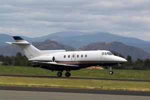 atterraggio del jet corporativo del venditore ambulante foto