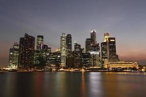ora blu dell'orizzonte di Singapore foto