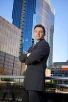 ritratto aziendale attraente uomo d'affari in piedi all'aperto edifici per uffici urbani foto