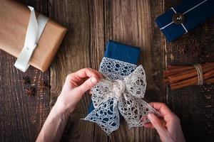 confezione regalo sul tavolo di legno orizzontale foto