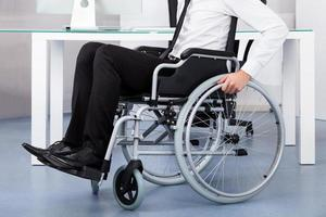 uomo d'affari su sedia a rotelle