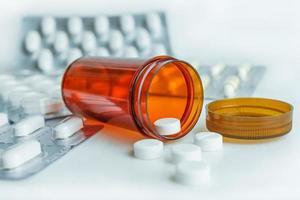 pillole in bottiglia con la medicina blister foto