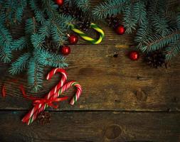 bordo di natale con abete, coni, decorazioni natalizie, bastoncino di zucchero foto