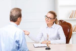 avvocati professionisti che hanno una conversazione foto