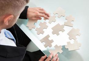 uomo d'affari con un puzzle
