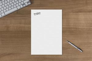 progetto foglio bianco su un tavolo di legno foto