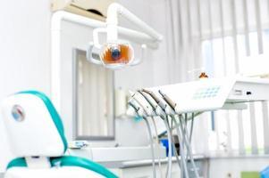 primo piano degli strumenti e delle attrezzature del dentista alla clinica dentale foto