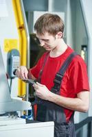 strumento di misurazione del lavoratore industriale all'officina