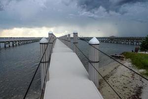 dock con tempesta in avvicinamento foto