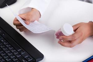 farmacista che realizza prescrizione foto