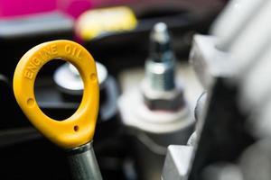 primo piano dell'astina di livello gialla dell'olio motore foto