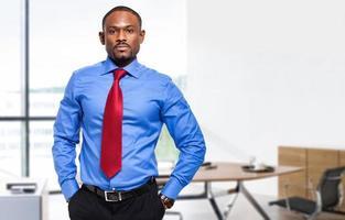 uomo d'affari africano sicuro nel suo ufficio foto