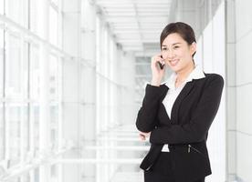 imprenditrice parlando al telefono foto