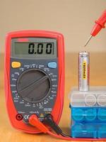 misurazione della tensione della batteria con multimetro foto