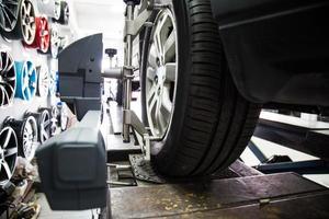 allineamento delle ruote dell'automobile foto
