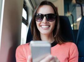 donna che per mezzo del telefono mobile smart foto