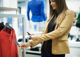 codice QR sorridente di scansione della donna sullo Smart Phone
