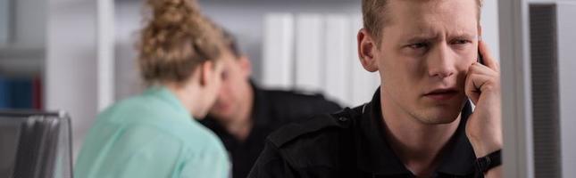 interrogatorio in ufficio di polizia foto