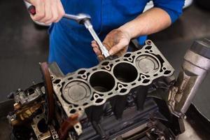 meccanico che lavora su un motore foto
