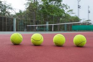 vista da vicino di palline da tennis sul campo da tennis foto