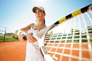tennista con racchetta in attesa di una palla foto