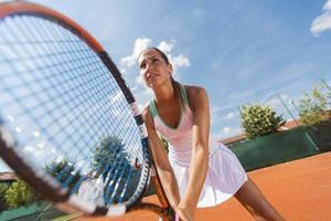 giovane donna che gioca a tennis foto
