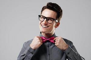 uomo sorridente con farfallino rosa foto